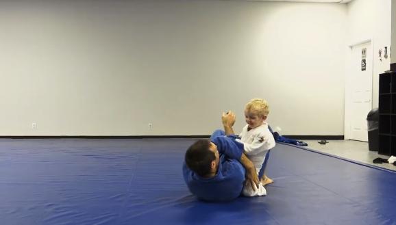 Jiu-Jitsu bebê: o treino divertido de uma criança de 2 anos com o pai faixa-preta