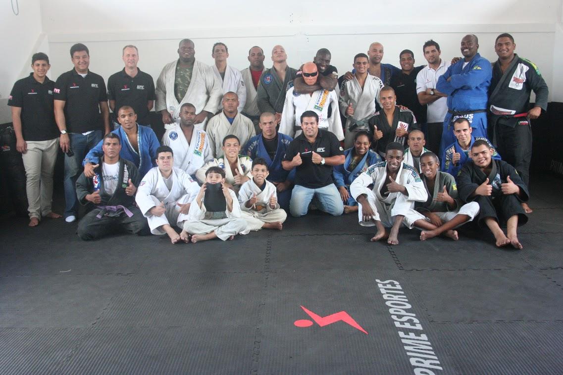 Professor Fabio Andrade, da Nova União Bangu, com demais incentivadores do projeto: Jiu-Jitsu como caminho do bem.