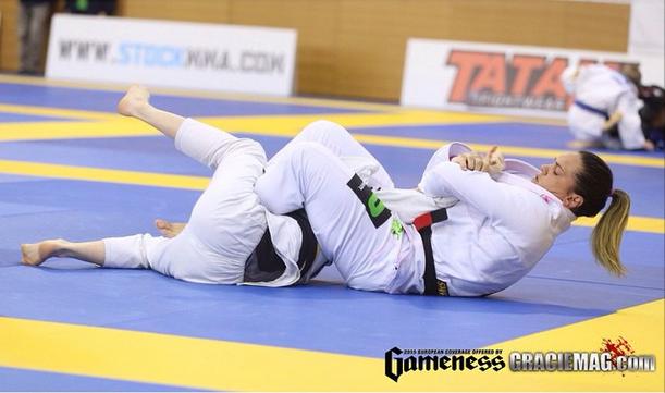Gabi Garcia usa o armlock para vencer a luta. Foto: Ivan Trindade/ GRACIEMAG