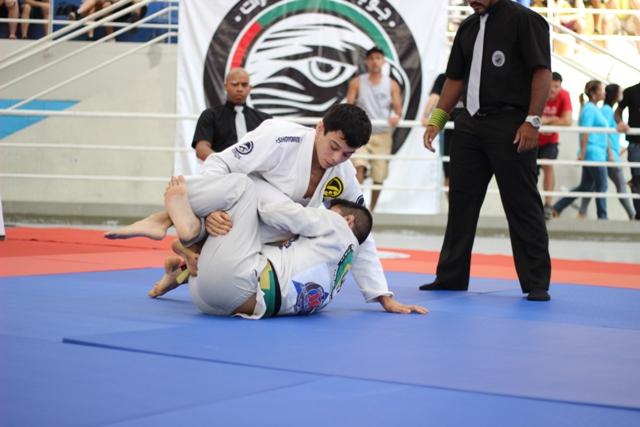 Paulo Miyao joga por cima. Foto: Marco Aurélio/Arena Jiu-Jitsu