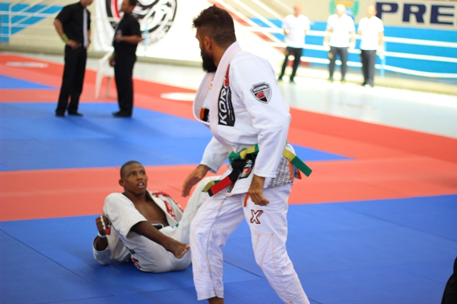 Mario Reis contra Isaque Paiva. Foto: Marco Aurélio/ Arena Jiu-Jitsu