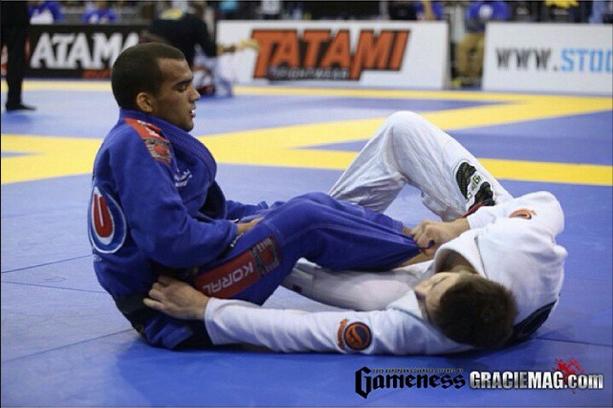 Marcio viajou de Abu Dhabi para vencer em Portugal. Na foto, Marcinho bloqueia o berimbolo de Gianni. Foto: Ivan Trindade/GRACIEMAG