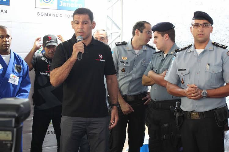 Minotauro discursa para jovens na Providencia Foto Leonardo Fabri