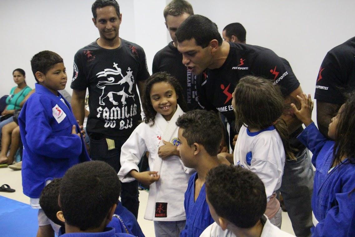O astro Ricardo Arona e alunos de Jiu Jitsu