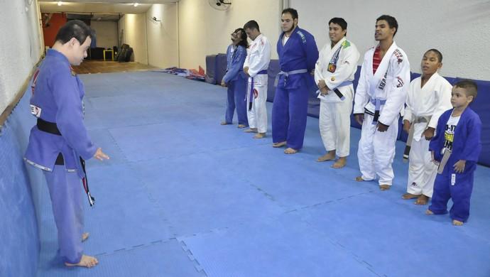 Fabricio Galvão helps Chicão teach classes (Photo: Robson Boamorte)