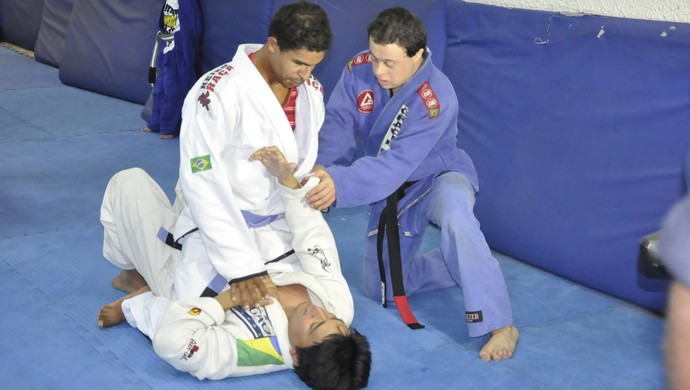 Fabricio Galvão demonstrates how the technique should be performed (Photo: Robson Boamorte)