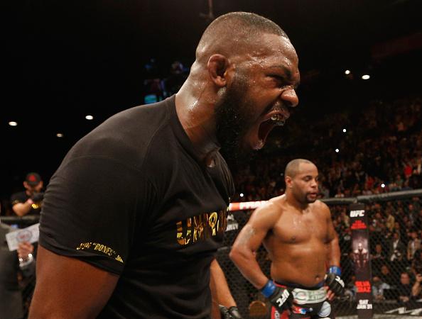 Jon Jones supera Daniel Cormier e mantém cinturão no UFC 182
