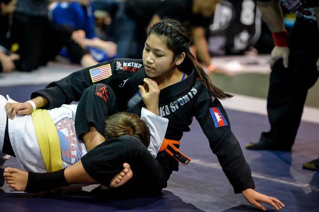 Menininha? Confira os botes no triângulo da jovem Cora Sek no Jiu-Jitsu