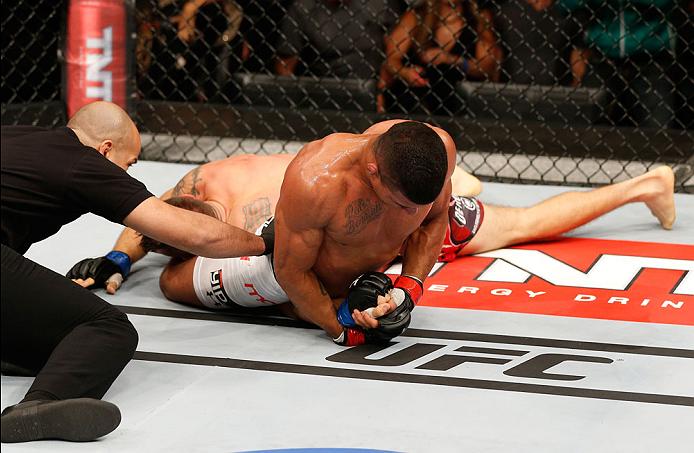 Gilbert Durinho e o armlock que lhe rendeu a vitória no UFC Rio. Foto: UFC/Divulgação