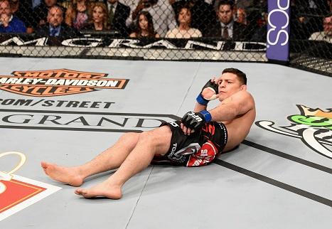 ick Diaz provoca Anderson Silva e deita no cage. Foto: Josh Hedges/Zuffa LLC via Getty Images