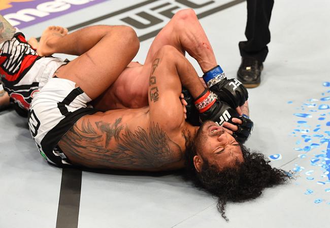Ben Henderson sobe de categoria e usa o mata-leão para vencer no UFC