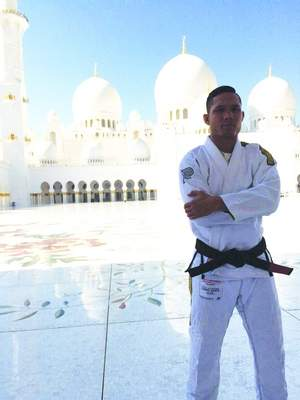 Lutador do UFC é condecorado faixa-preta de Jiu-Jitsu em Abu Dhabi