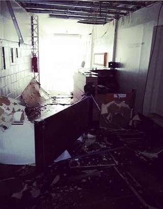 Entrada da academia Fortfit vista de dentro: teto, bancada e equipamentos destruídos. Foto: Reprodução