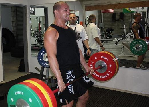 Xande hits the weights hard with Alejarra. (Photo by Carlos Ozório)