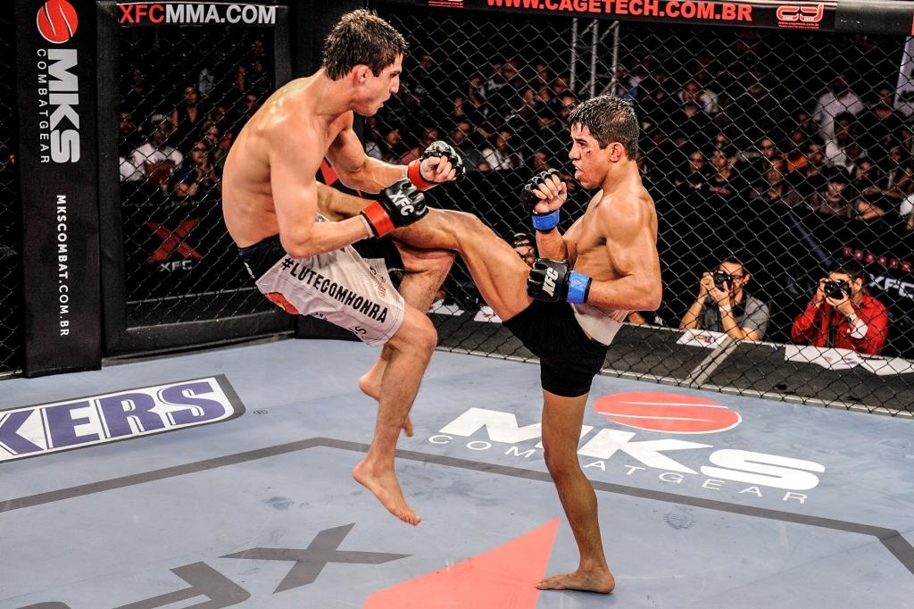 Macaco consegue frear Puro Osso com esse belo chute e vencer na decisão. Foto: Wayne Camargo