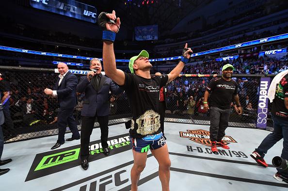 Rafael dos Anjos agradece aos céus ao ganhar o sofrido cinturão, no UFC 185, em março de 2015. Foto: UFC/Divulgação