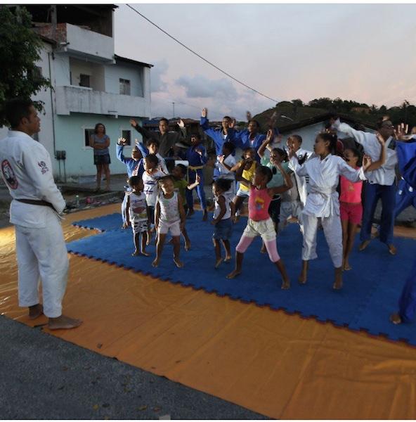 Délio Lima puxa o aquecimento da garotada em Salvador. Foto: Divulgação/Délio Lima