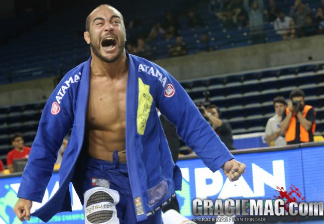 Renato Tavares explains the workings of the choke Bernardo Faria used to tap Lo at the 2015 Pan