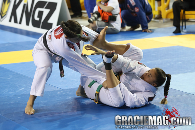 Monique fighting Marilia da Conceição with the taped ankle. An easy target. Photo by Ivan Trindade/GRACIEMAG