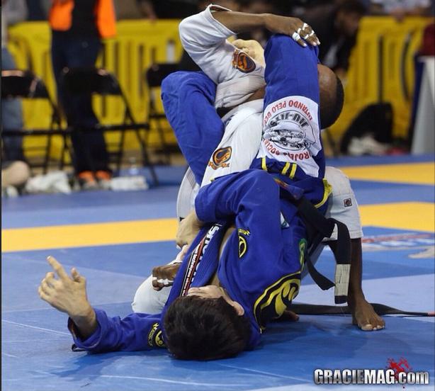 Paulo Miyao ataca o braço de João Pedro. Foto: Ivan Trindade/GRACIEMAG