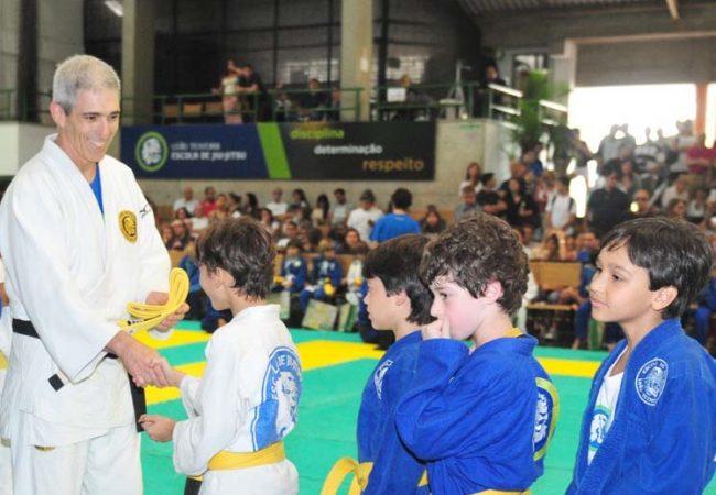 Jose Leao Teixeira o Ze Beleza e aluninhos faixa amarela em foto de Kazuo Yokoyama