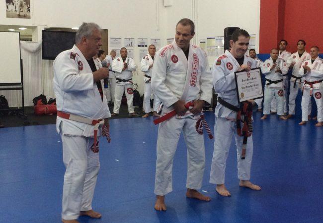 Carlos Gracie Jr cumpre rito e recebe a faixa vermelha e branca em festa na GB