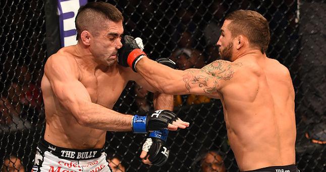 Chad Mendes acerta Ricardo Lamas no R1 do UFC Fairfax Foto UFC Divulgacao