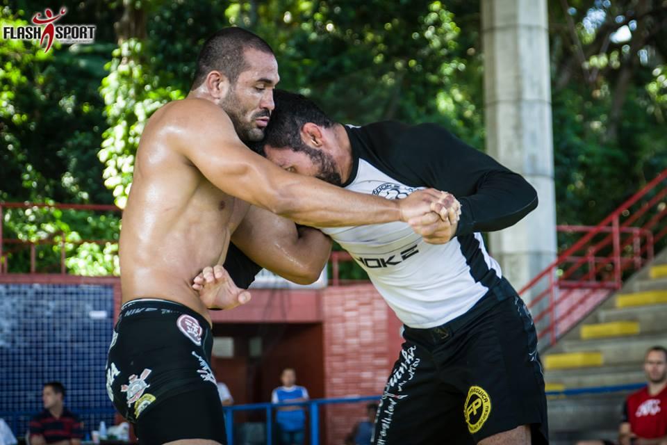 Davi Ramos troca pegada contra Claudio Caloquinha. Foto: Marcos Furtado/FlashSport