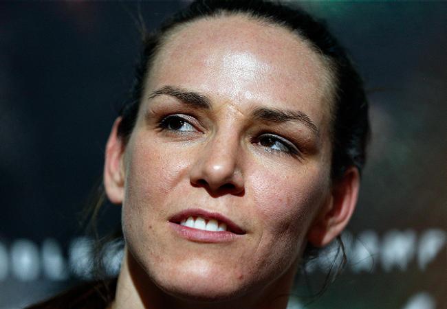 Reveja o armlock de Alexis Davis contra Sarah Kaufman no UFC 186