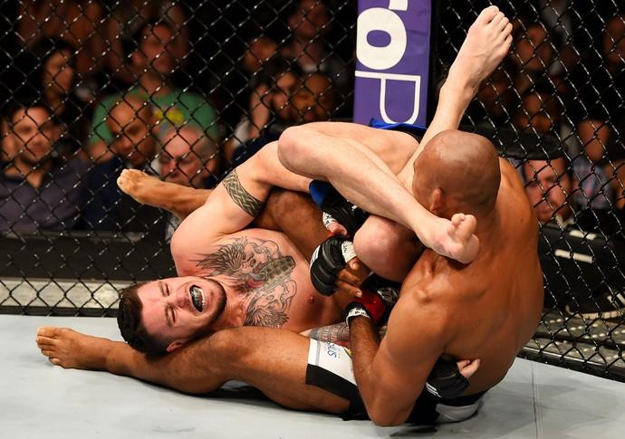 Jacare finaliza Camozzi no braco no UFC Nova Jersey Foto UFC Divulgacao via Getty Image