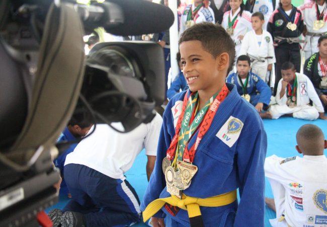 """Lutador do UFC dá aula em UPP: """"O Jiu-Jitsu nas favelas é um trabalho de formiguinha"""""""