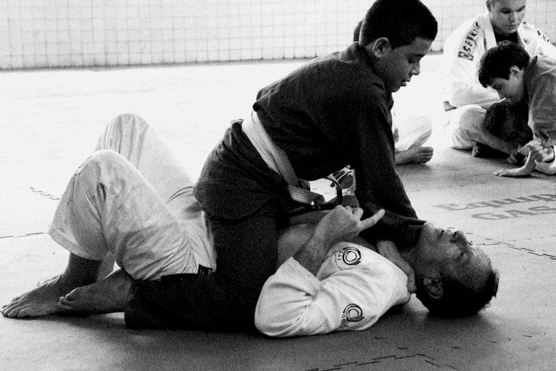 Luiz Dias da GAS Jiu Jitsu ensina tecnicas relativas a montada