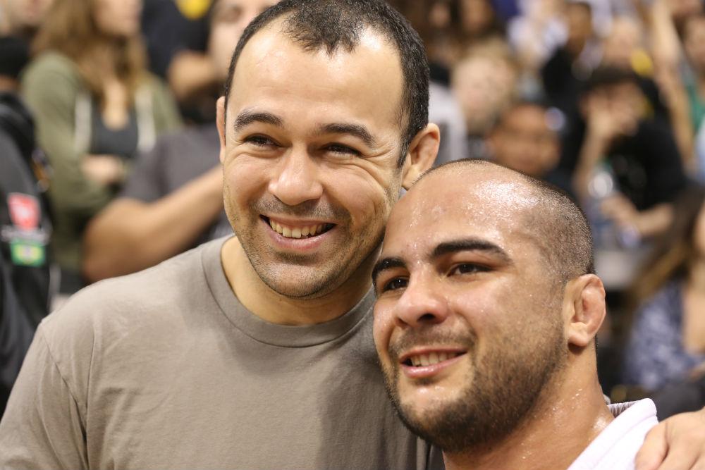 Bernardo comemora a vaga na final com Marcelinho Garcia, após finalizar Leandro Lo no armlock. Foto: Rafael Werneck/GRACIEMAG