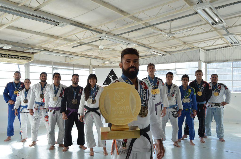 Mario Reis e seus alunos, campeões do Mundial 2015. 2015. Foto: Divulgação