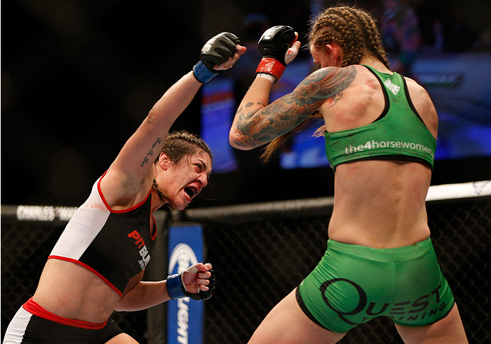 Bethe Correia encara Ronda Rousey. Foto:  Josh Hedges/Zuffa LLC/Zuffa LLC