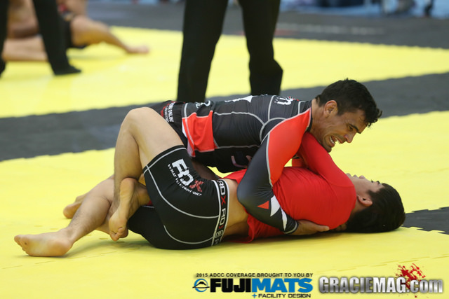 Rubens Cobrinha amassa o adversário. Foto: Ivan Trindade/GRACIEMAG