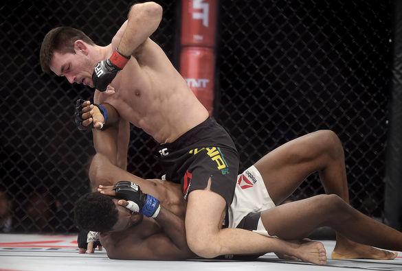Demian monta e castiga Magny no UFC Rio. Foto: Alexandre Loureiro / Inovafoto.