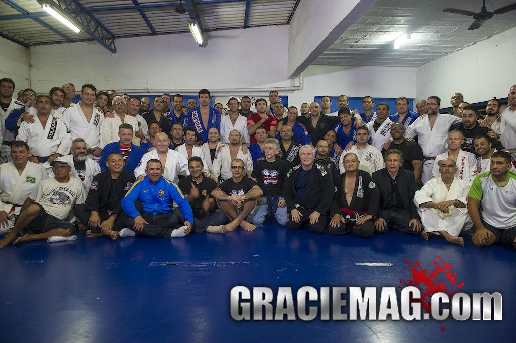Mestres, professores e alunos reunidos no último grande treino na academia Carlson Gracie, em Copacabana. Foto: Luca Atalla.