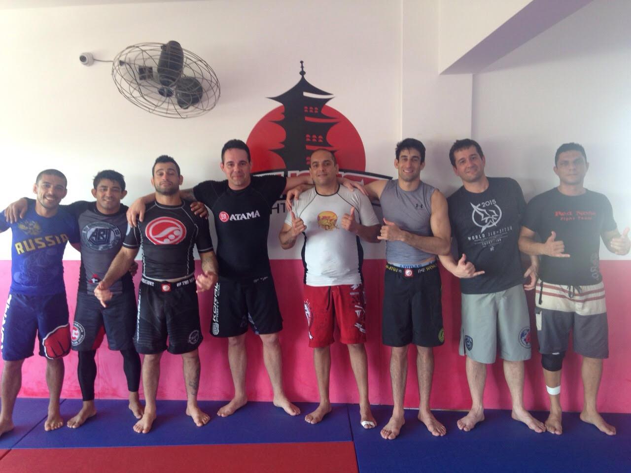 Raul Faconti e colegas de treino, numa sessão de Jiu-Jitsu sem kimono. Foto: Divulgacao