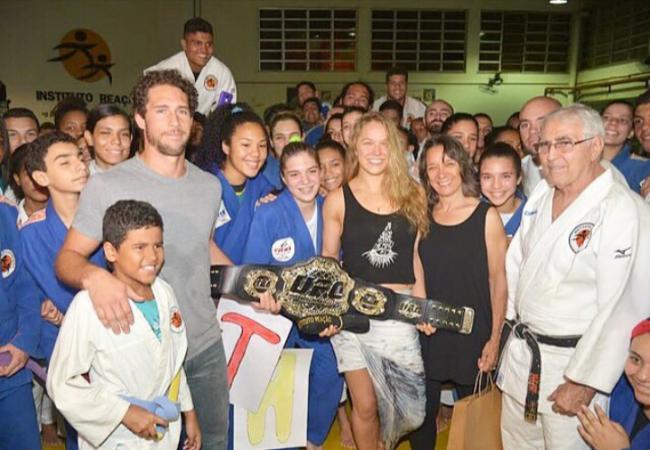 Ronda Rousey cumpre promessa e deixa cinturão para crianças do Reação