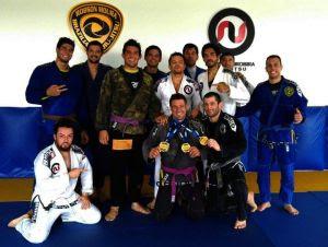 Mário Muricy comemora as medalhas com os companheiros de equipe. Foto: Divulgação