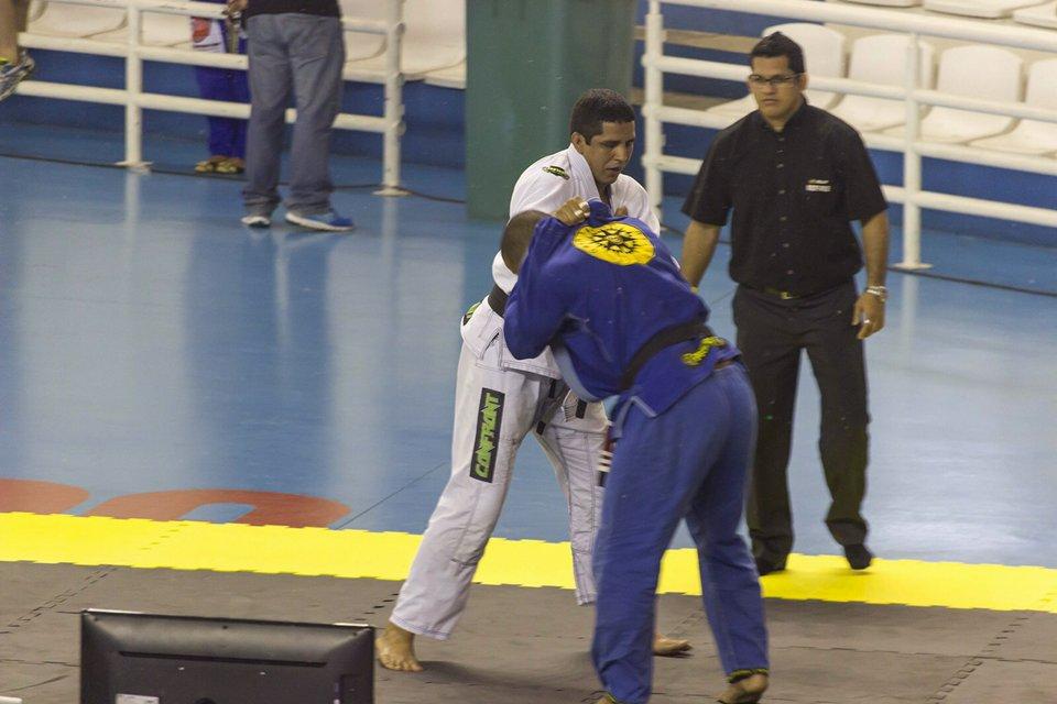 Eduardo Inojosa troca pegadas no Manaus Open. Foto: Leopoldo Alves e Redinaldo Gomes.