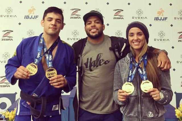 Michael Liera, André Galvão e Angélica Galvão posam juntos com os quatro ouros da Atos. Foto: Arquivo Pessoal