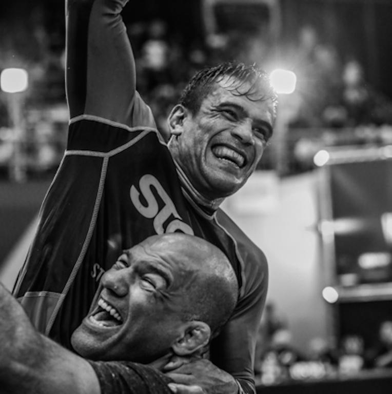 Rubens Cobrinha celebra com Fabio Gurgel o bicampeonato no ADCC 2015. Foto: Ivan Trindade/GRACIEMAG