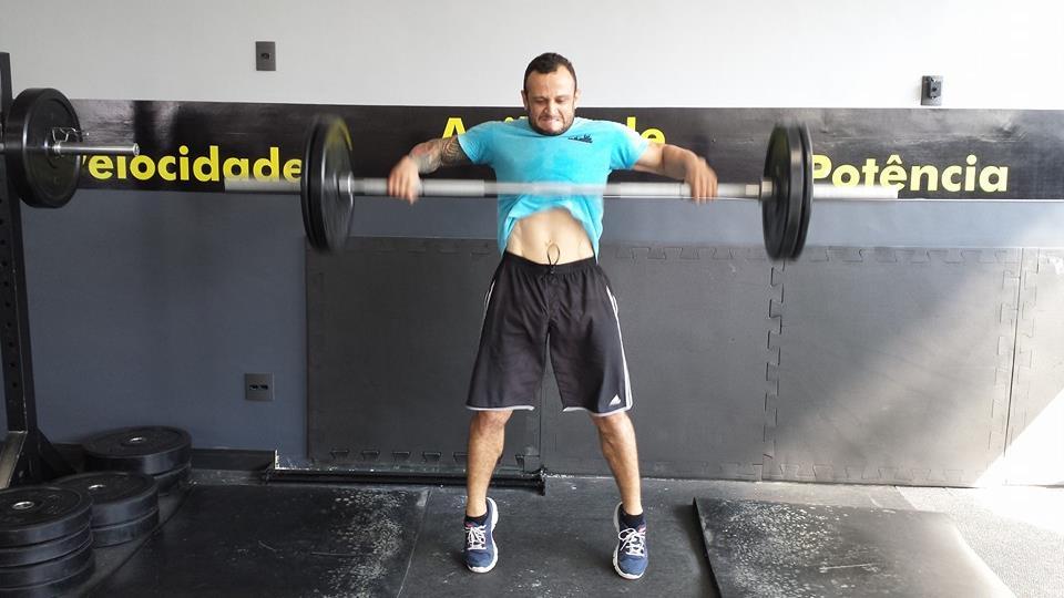 Atleta pegando pesado no treino físico: força máxima é uma das fases do programa de treinamentos. Foto: Divulgação
