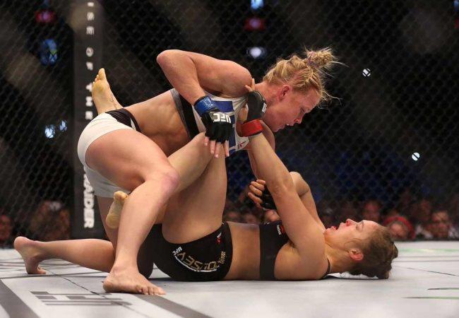 Holly Holm vai para cima de Ronda Rousey no UFC 193 Foto Divulgacao