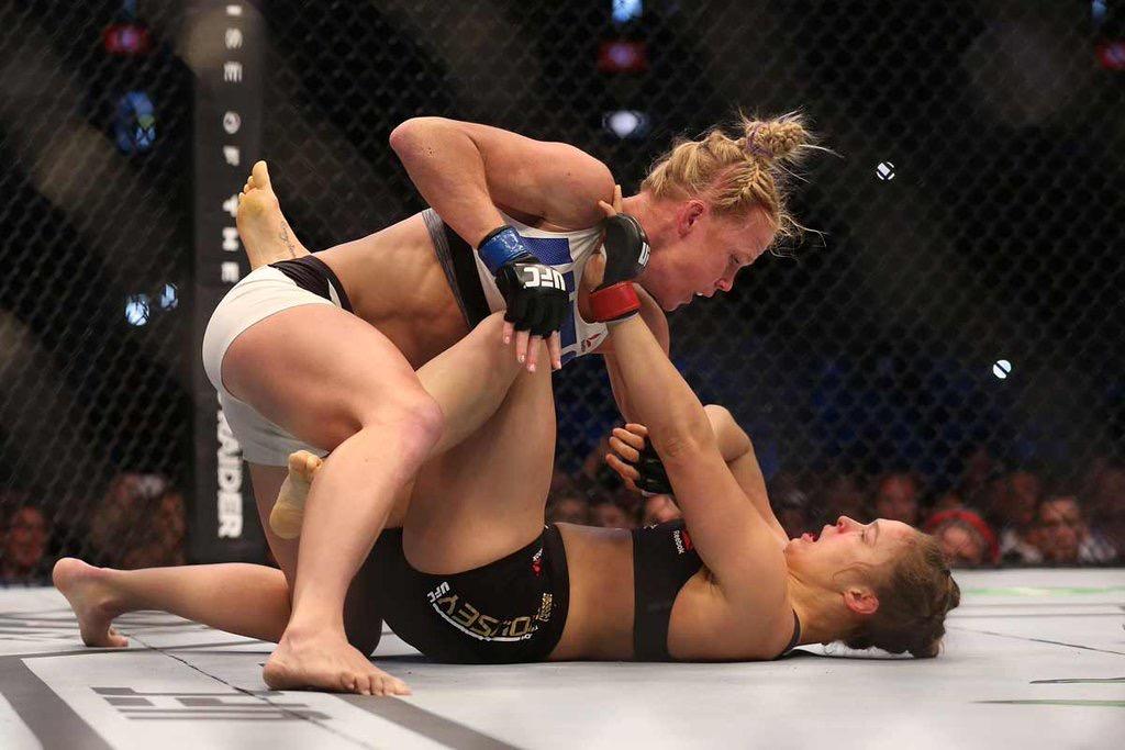 Holly Holm vai para cima de Ronda Rousey no UFC 193. Foto: Divulgação