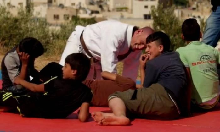 Marcos Gorinstein ensina Jiu-Jitsu numa das areas mais conflituosas do planeta e tem dado certo foto Divulgacao