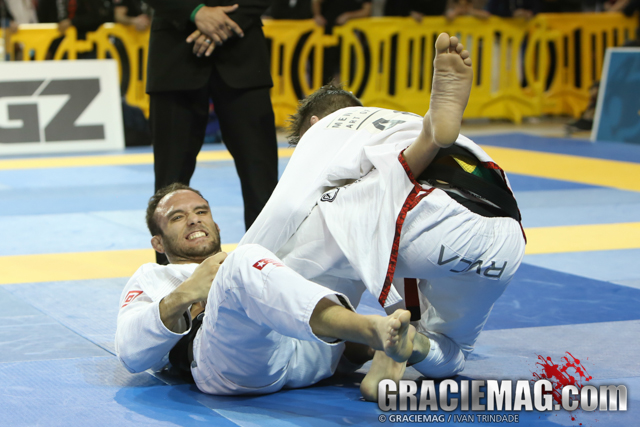 Samir Chantre beat Richard Slomba 3-2 on advantages after a 2-2 tie on points for the featherweight title.