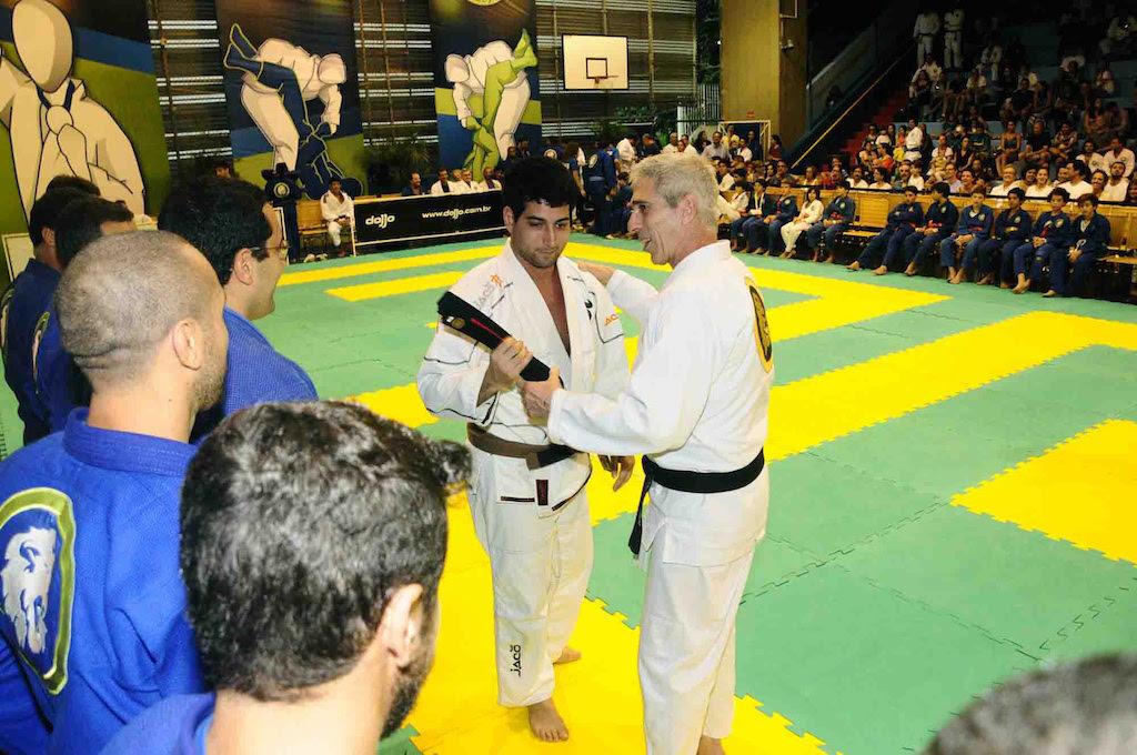 Professor Leão Teixeira gradua aluno na Escola Americana, em sua festa de fim de ano. Fotos: Kazuo Yokohama/Divulgação.